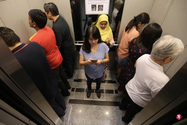 Singapore: Lạ mắt hình ảnh người đi thang máy trong Maybank Tower - 2