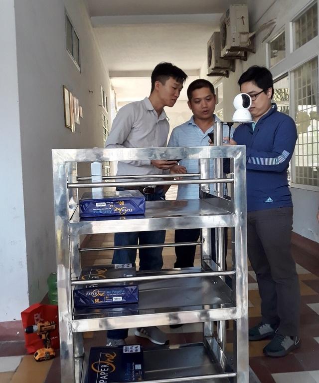 Giảng viên chế tạo robot vận chuyển trong khu cách ly phòng Covid- 19 - 2