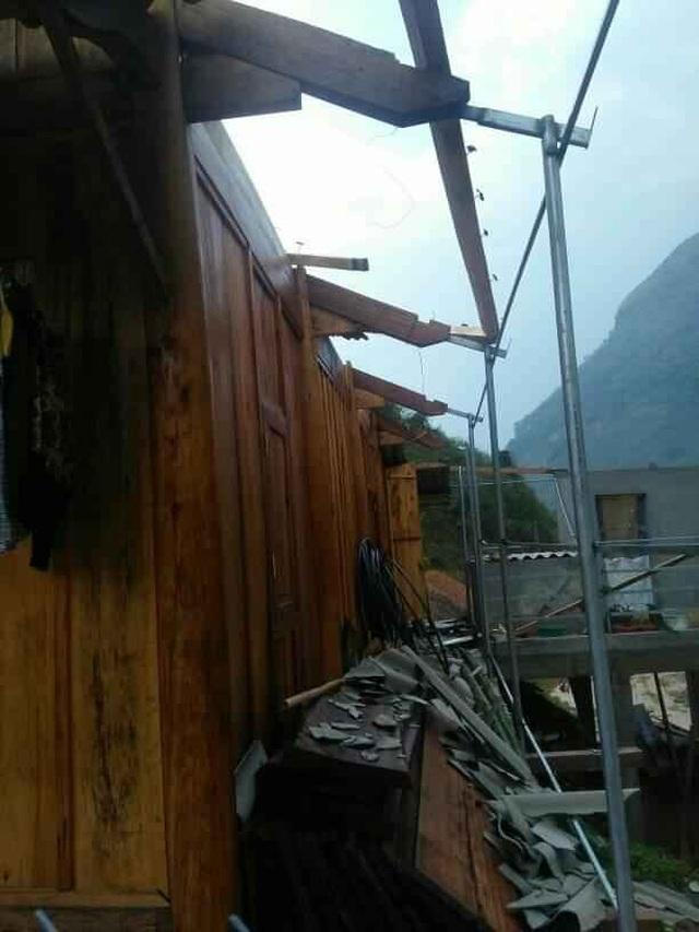 Mưa đá, lốc xoáy khiến hàng chục ngôi nhà hư hỏng - 2
