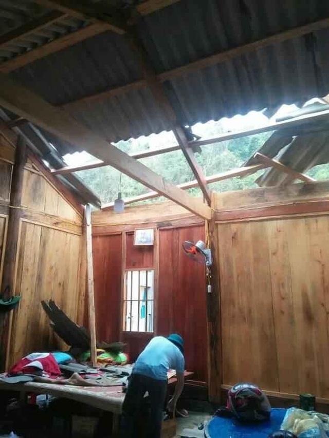 Mưa đá, lốc xoáy khiến hàng chục ngôi nhà hư hỏng - 4