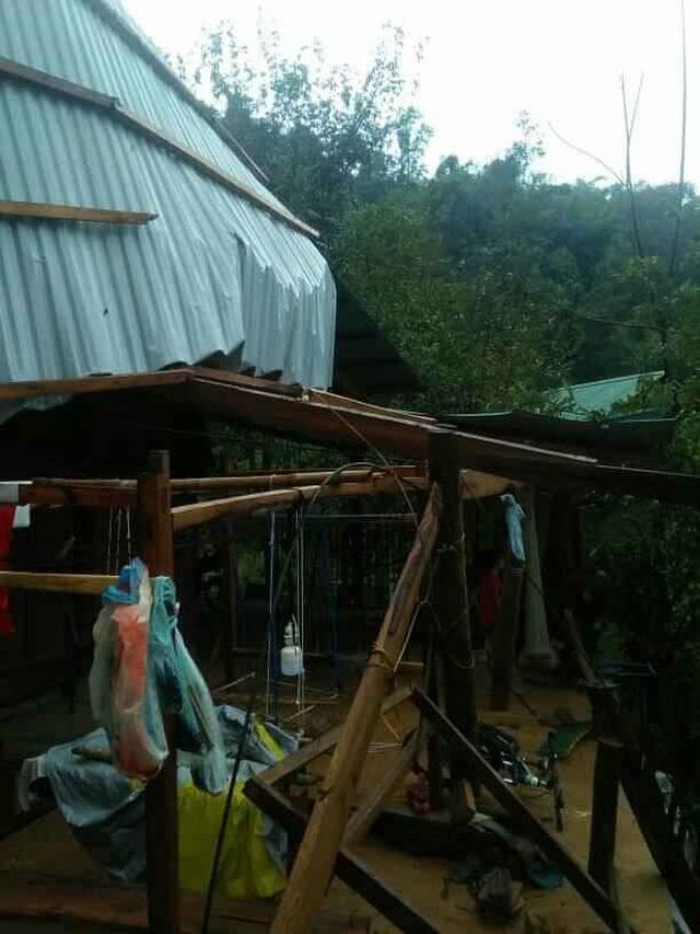 Mưa đá, lốc xoáy khiến hàng chục ngôi nhà hư hỏng - 3