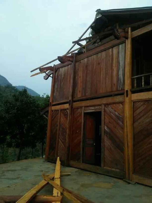 Mưa đá, lốc xoáy khiến hàng chục ngôi nhà hư hỏng - 6