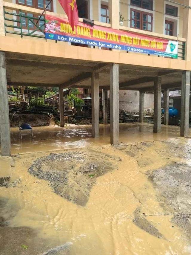 Mưa đá, lốc xoáy khiến hàng chục ngôi nhà hư hỏng - 10
