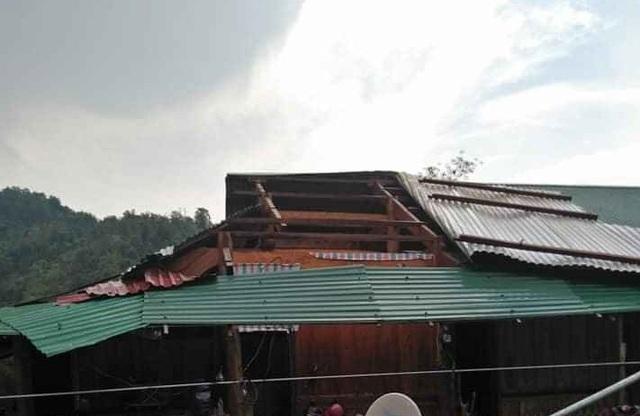 Mưa đá, lốc xoáy khiến hàng chục ngôi nhà hư hỏng - 8