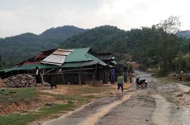 Mưa đá, lốc xoáy khiến hàng chục ngôi nhà hư hỏng - 9