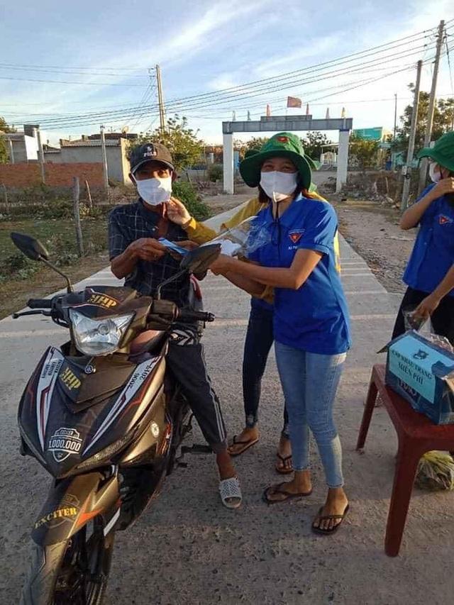 Tái chế lốp xe thành bồn rửa tay hỗ trợ học sinh phòng dịch - 5