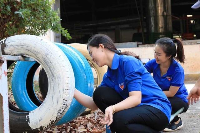 Tái chế lốp xe thành bồn rửa tay hỗ trợ học sinh phòng dịch - 2