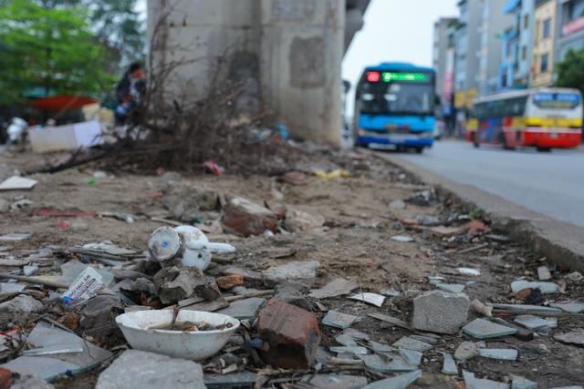 Hành lang đường sắt Cát Linh - Hà Đông thành nơi đổ rác - 1