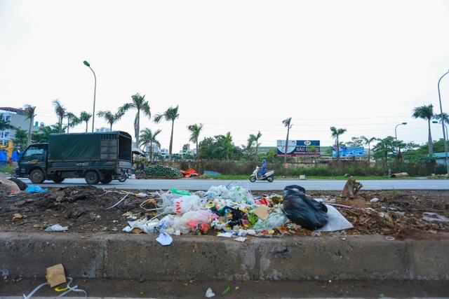 Hành lang đường sắt Cát Linh - Hà Đông thành nơi đổ rác - 2