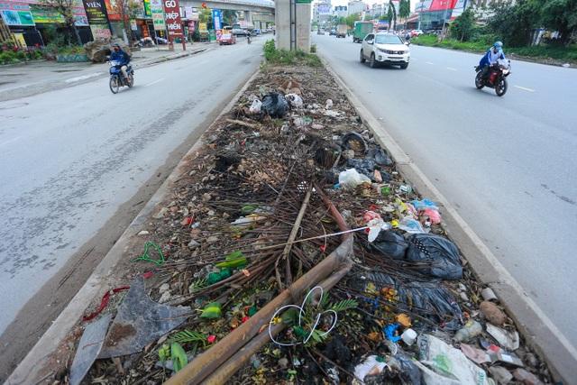 Hành lang đường sắt Cát Linh - Hà Đông thành nơi đổ rác - 3
