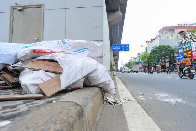 Hành lang đường sắt Cát Linh - Hà Đông thành nơi đổ rác - 5