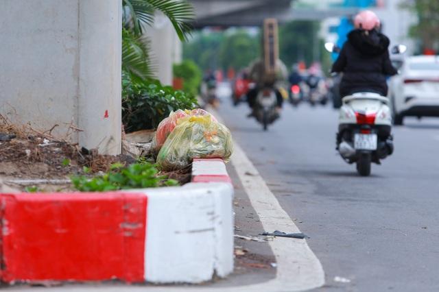 Hành lang đường sắt Cát Linh - Hà Đông thành nơi đổ rác - 8