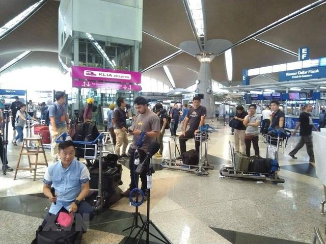 Hỗ trợ người Việt kẹt tại sân bay Malaysia, tìm chuyến bay đưa về nước - 1