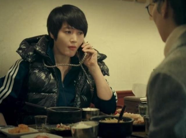 Mốt dây đeo điện thoại của Kim Hye Soo trong phim mới gây sốt - 3