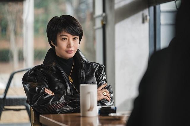 Mốt dây đeo điện thoại của Kim Hye Soo trong phim mới gây sốt - 2