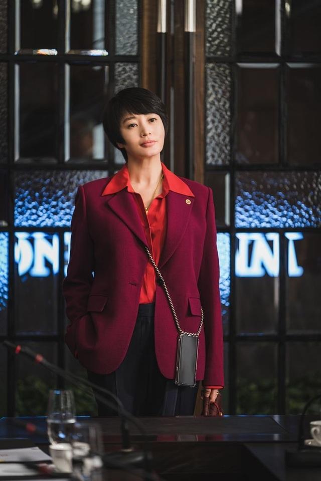 Mốt dây đeo điện thoại của Kim Hye Soo trong phim mới gây sốt - 1