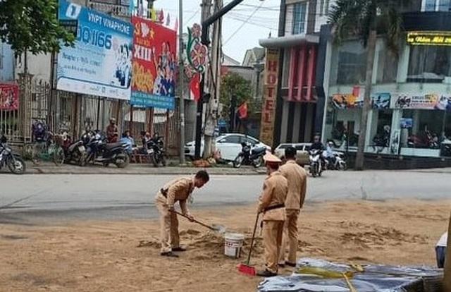 CSGT xúc cát ngăn dầu loang trên quốc lộ - 3