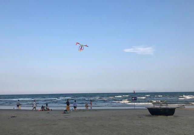 Đà Nẵng: Lo ngại dịch Covid-19 nhưng người dân vẫn ra biển giải khuây - 2