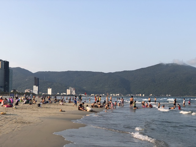 Đà Nẵng: Lo ngại dịch Covid-19 nhưng người dân vẫn ra biển giải khuây - 1