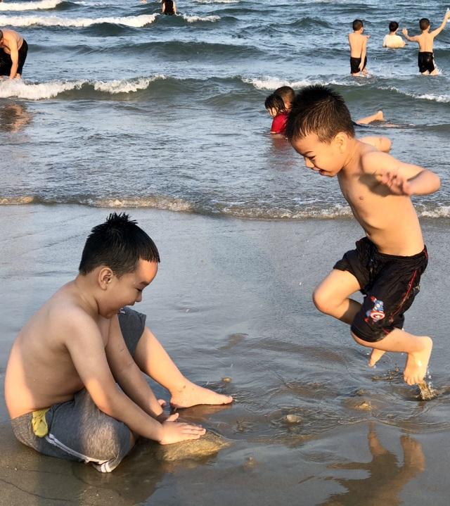 Đà Nẵng: Lo ngại dịch Covid-19 nhưng người dân vẫn ra biển giải khuây - 4