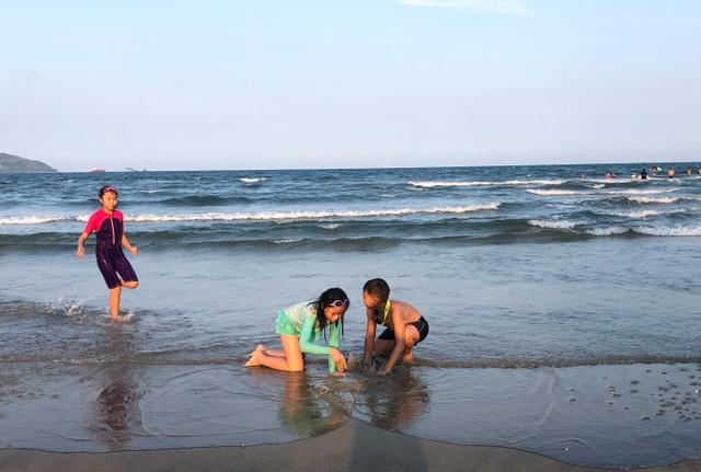 Đà Nẵng: Lo ngại dịch Covid-19 nhưng người dân vẫn ra biển giải khuây - 5