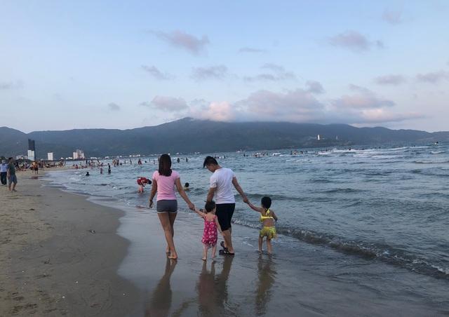 Đà Nẵng: Lo ngại dịch Covid-19 nhưng người dân vẫn ra biển giải khuây - 3