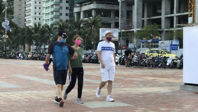 Đà Nẵng: Lo ngại dịch Covid-19 nhưng người dân vẫn ra biển giải khuây - 10