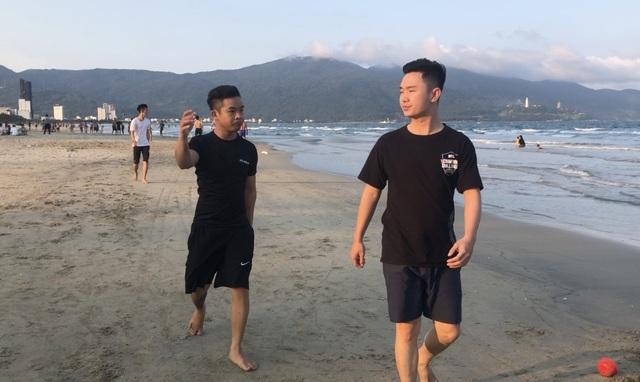Đà Nẵng: Lo ngại dịch Covid-19 nhưng người dân vẫn ra biển giải khuây - 6
