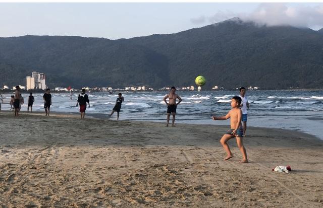Đà Nẵng: Lo ngại dịch Covid-19 nhưng người dân vẫn ra biển giải khuây - 7
