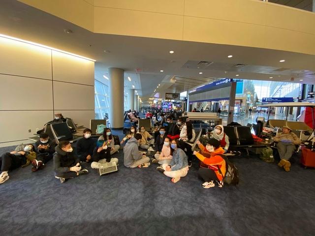 Gần 40 du học sinh Việt Nam hồi hương bị kẹt ở sân bay Mỹ - 1