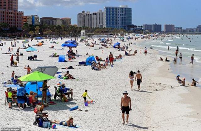 Đóng cửa những bãi biển nổi tiếng do tập trung đông người - 1
