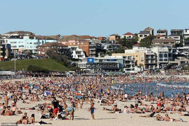 Đóng cửa những bãi biển nổi tiếng do tập trung đông người - 7