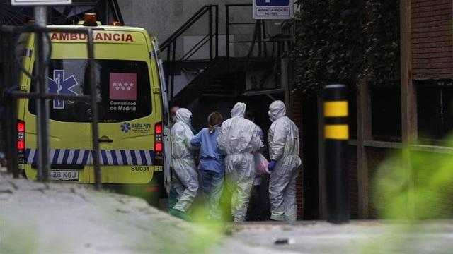 Thêm 514 ca Covid-19 tử vong, Tây Ban Nha biến sân trượt băng thành nhà xác - 1