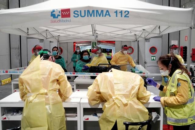 Gần 4.000 nhân viên y tế Tây Ban Nha mắc Covid-19 - 1