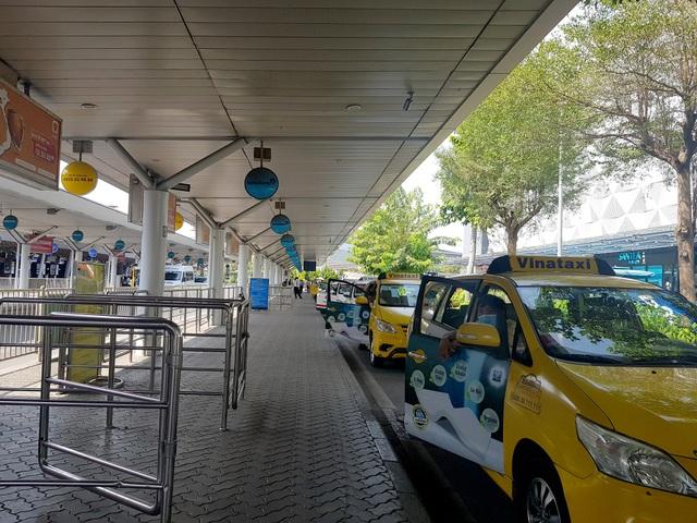 Sân bay Tân Sơn Nhất vắng ngắt sau lệnh dừng nhập cảnh - 13