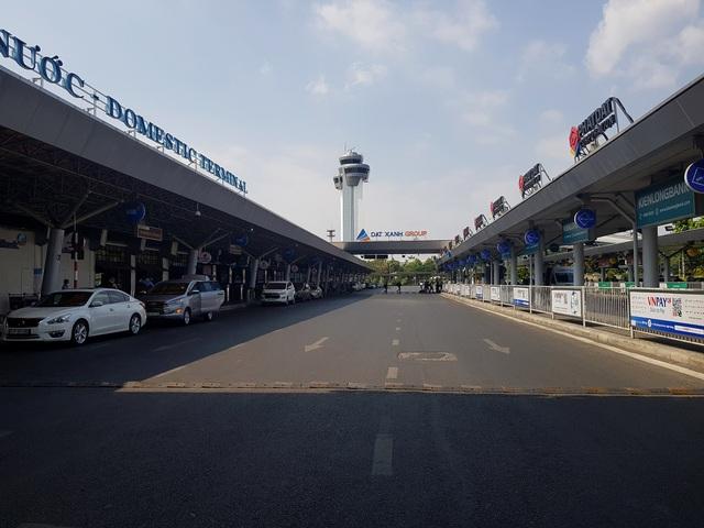 Sân bay Tân Sơn Nhất vắng ngắt sau lệnh dừng nhập cảnh - 16