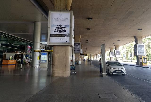 Sân bay Tân Sơn Nhất vắng ngắt sau lệnh dừng nhập cảnh - 10