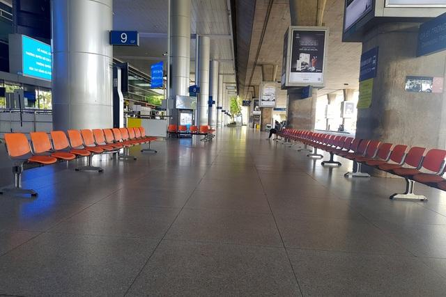 Sân bay Tân Sơn Nhất vắng ngắt sau lệnh dừng nhập cảnh - 1
