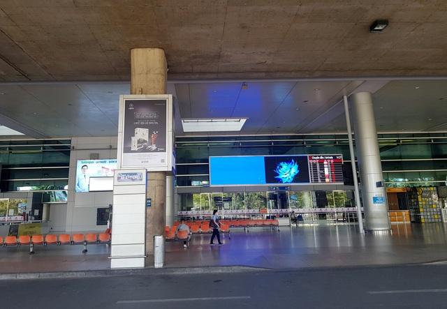 Sân bay Tân Sơn Nhất vắng ngắt sau lệnh dừng nhập cảnh - 5