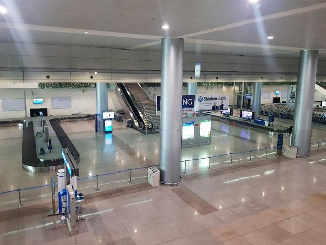 Sân bay Tân Sơn Nhất vắng ngắt sau lệnh dừng nhập cảnh - 7