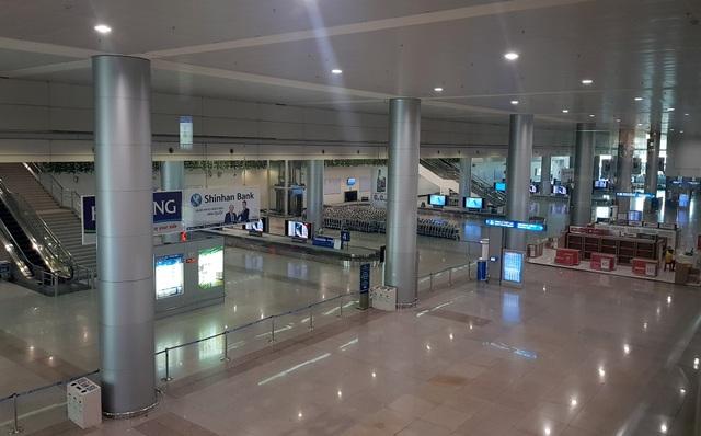 Sân bay Tân Sơn Nhất vắng ngắt sau lệnh dừng nhập cảnh - 11