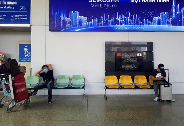 Sân bay Tân Sơn Nhất vắng ngắt sau lệnh dừng nhập cảnh - 4