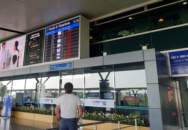 Sân bay Tân Sơn Nhất vắng ngắt sau lệnh dừng nhập cảnh - 2