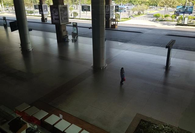 Sân bay Tân Sơn Nhất vắng ngắt sau lệnh dừng nhập cảnh - 8