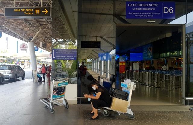 Sân bay Tân Sơn Nhất vắng ngắt sau lệnh dừng nhập cảnh - 15