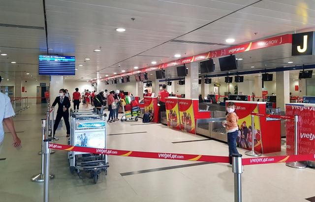 Sân bay Tân Sơn Nhất vắng ngắt sau lệnh dừng nhập cảnh - 14