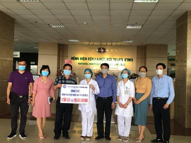 ĐH Thương Mại tặng 5 tấn gạo và 100 triệu đồng tới Bệnh viện Nhiệt đới TƯ 2 - 2