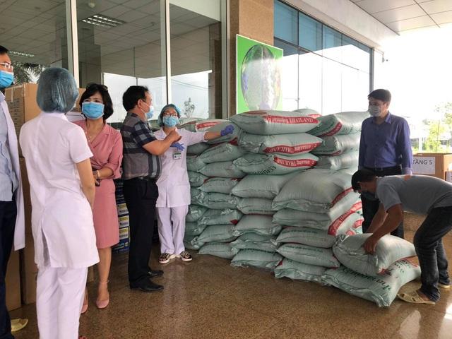 ĐH Thương Mại tặng 5 tấn gạo và 100 triệu đồng tới Bệnh viện Nhiệt đới TƯ 2 - 3