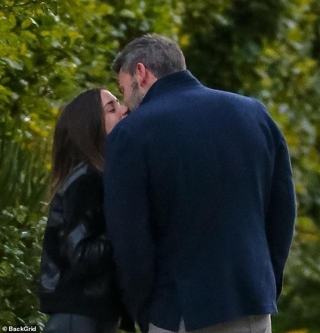 Ben Affleck tình tứ bên bạn gái Bond-girl - 1
