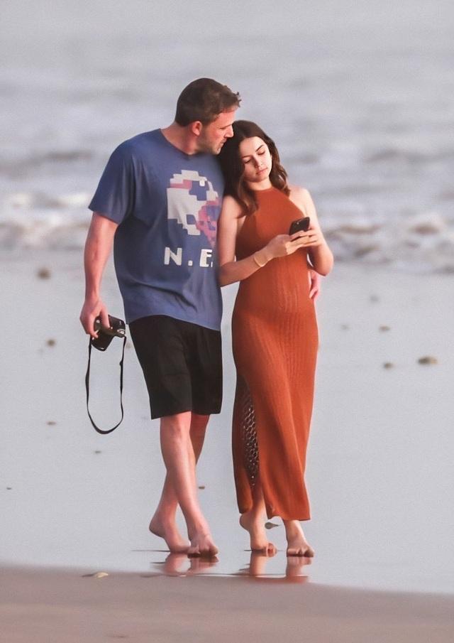 Ben Affleck tình tứ bên bạn gái Bond-girl - 8